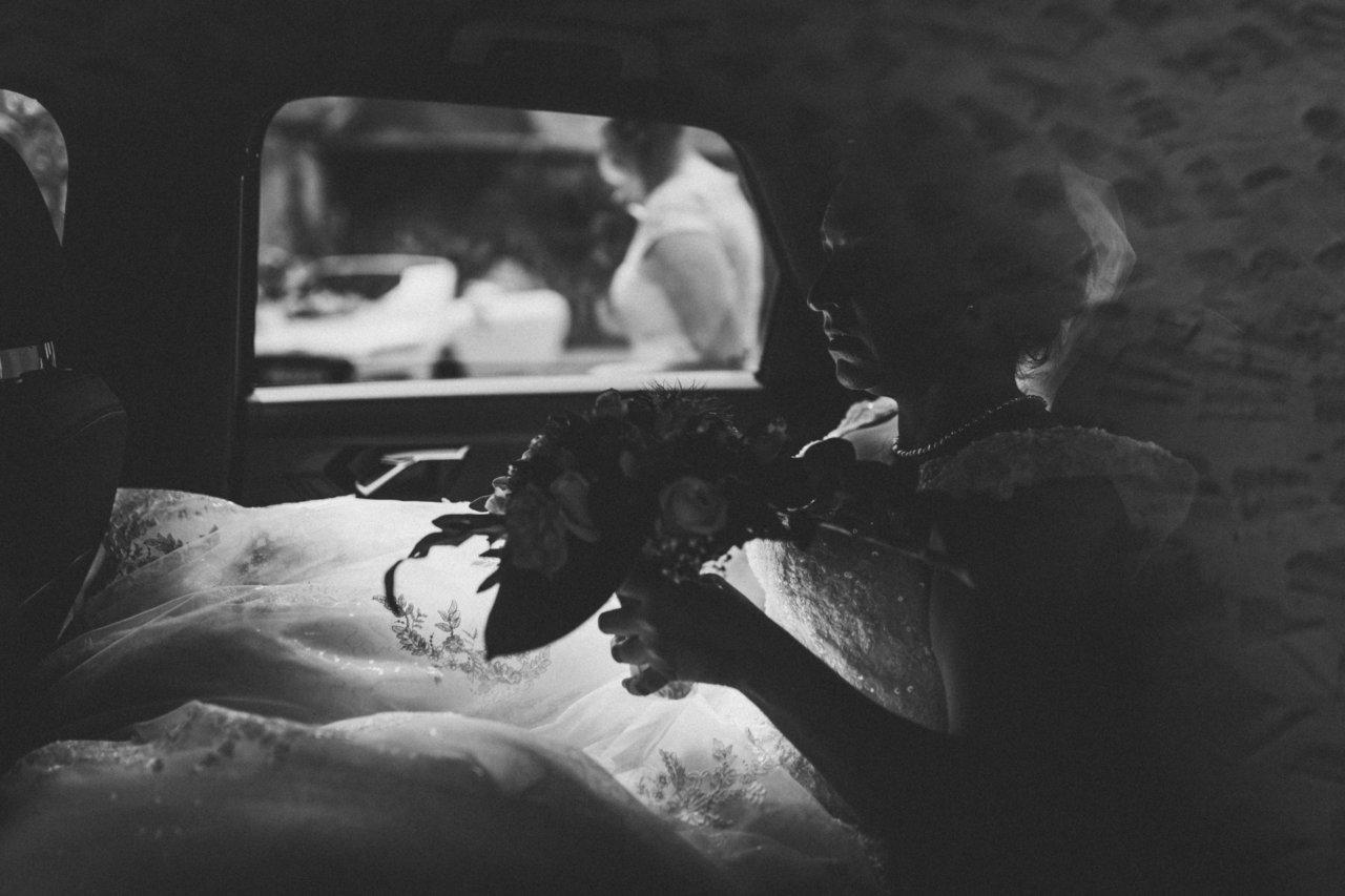 Hochzeitsfotograf Stammheim - Corona-Hochzeit im Schloss - Die Braut im Auto fotografiert bei Ankunft am Standesamt