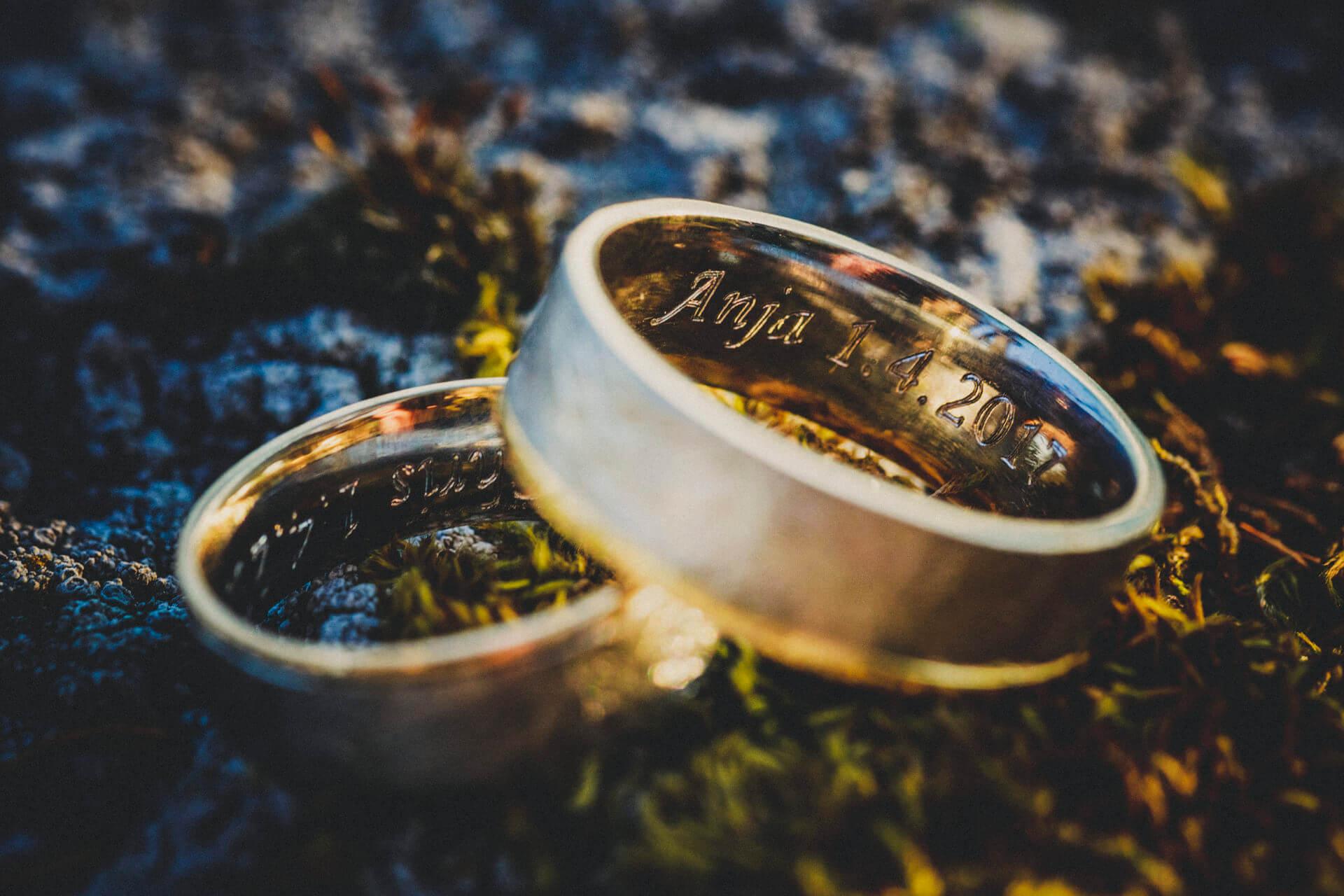 Hochzeitsfotograf Lollar - Hochzeitslocation Burg Staufenberg - kreative und schöne Trauring-Bilder