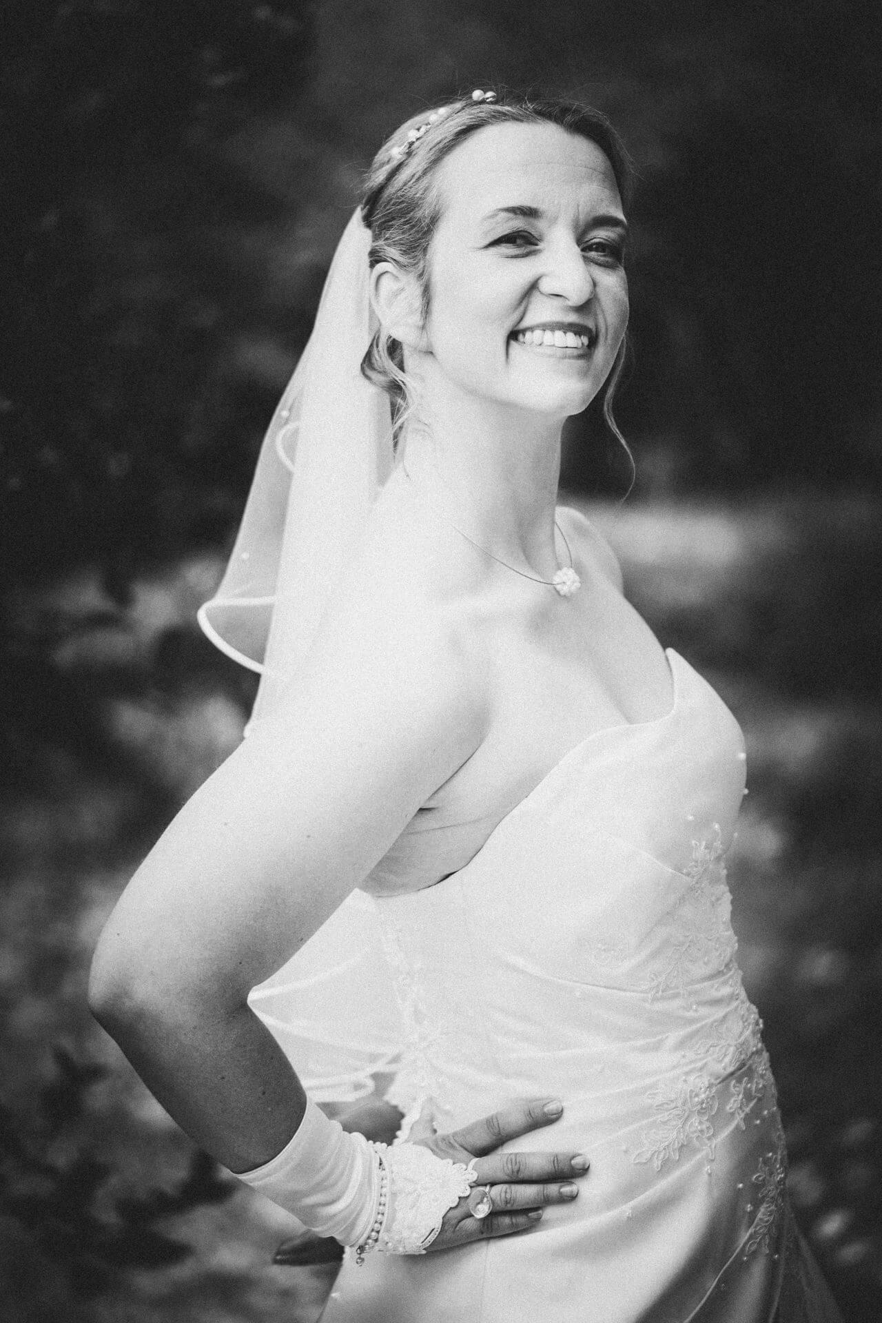 Hochzeitsfotograf Hofgut Friedelhausen - Hochzeitsfotos Schloss Friedelhausen - Elegantes Porträt der Braut