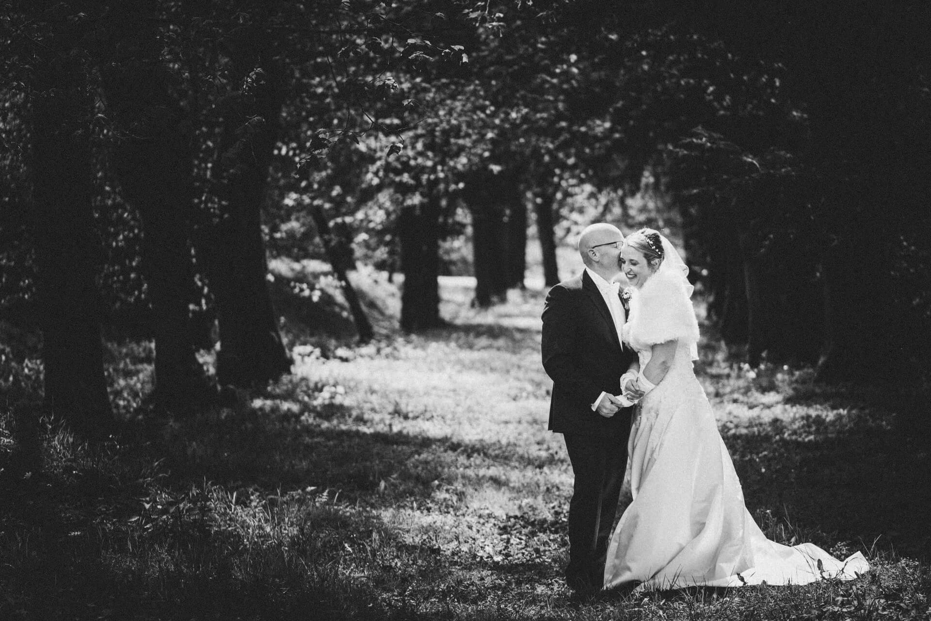 Hochzeitsfotograf Hofgut Friedelhausen - Hochzeitsfotos Schloss Friedelhausen - Elegantes Porträt des Bräutigams
