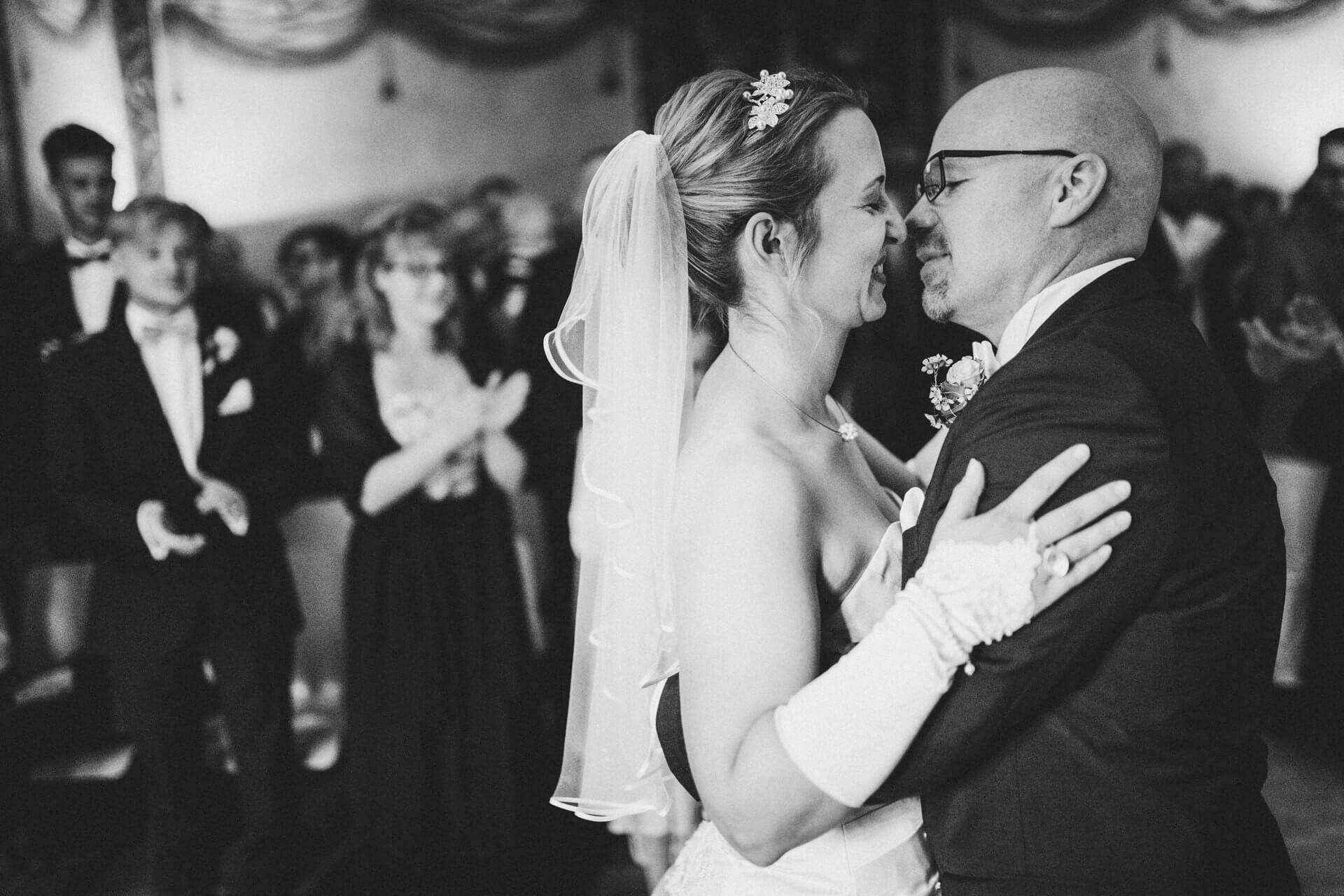 Hochzeitsfotograf Hofgut Friedelhausen - Trau-Zeremonie im alten Rittersaal - Emotionale Hochzeitsreportagen