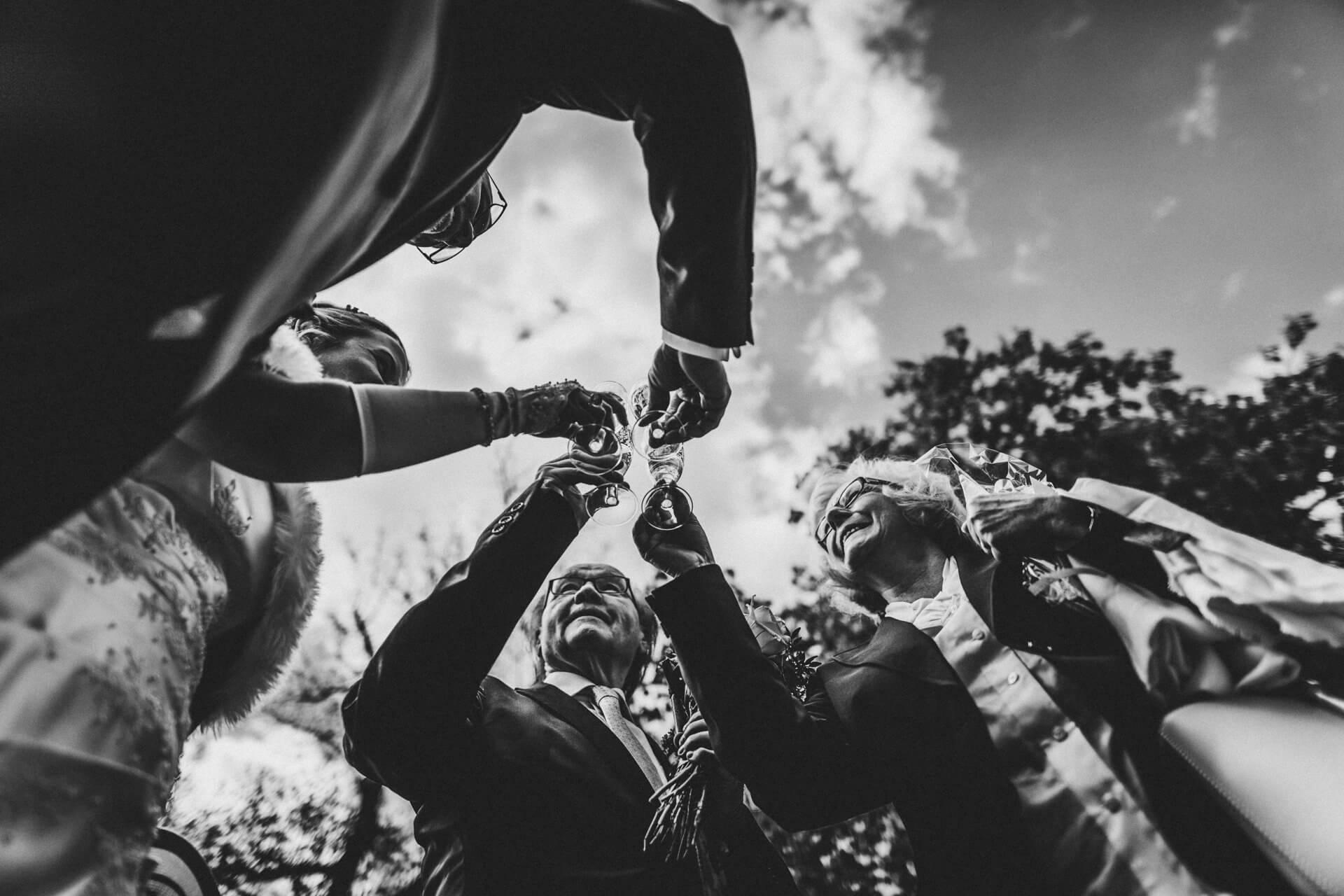 Hochzeitsfotograf Hofgut Friedelhausen - Sektempfang auf dem Hofgut - Emotionale Hochzeitsreportagen