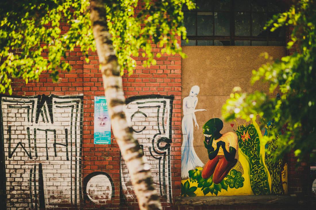graffiti-bespruehte waende auf dem gelaende der waggonhallen in marburg