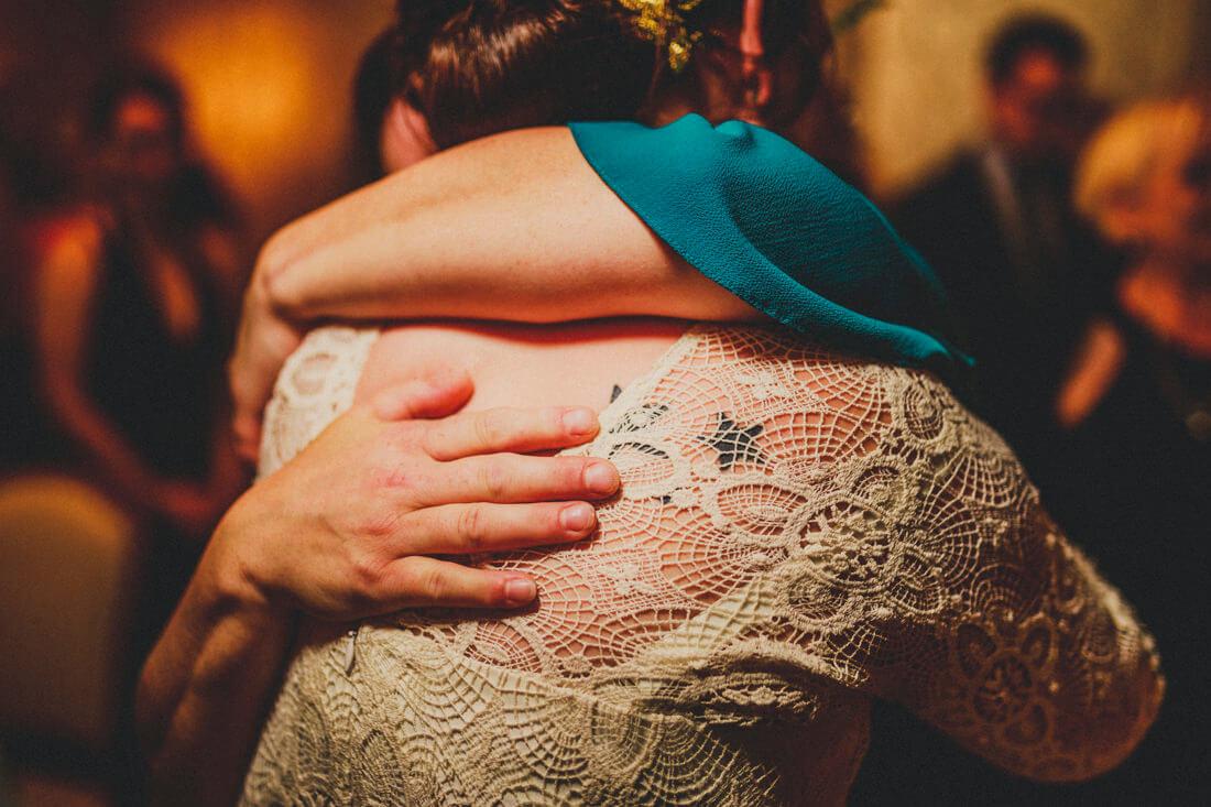 innige umarmungs-szene waehrend der gratulationen auf der standesamtlichen trauung von conny und jan in der villa leutert