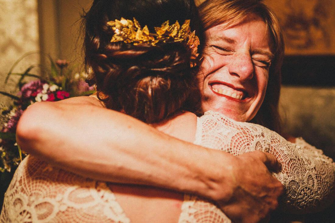 freudig strahlender gast umarmt die braut bei den gratulationen nach dem ja-wort im standesamt giessen