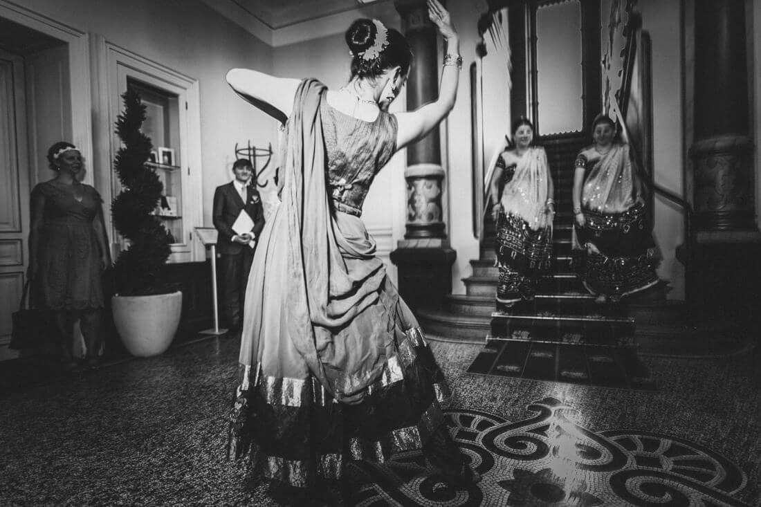 indische tanzdarbietung als ueberraschung fuers brautpaar im standesamt giessen