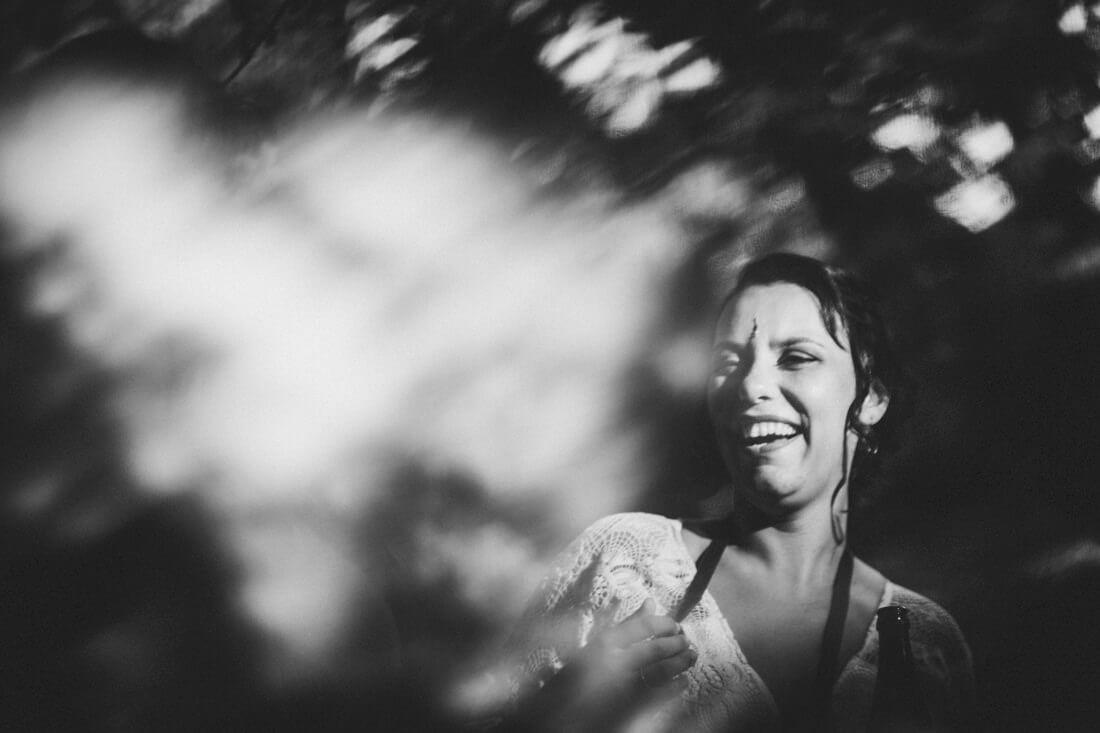 lachende braut, spannend in schwarzweiss fotografiert, mit zuhilfenahme eines prismas
