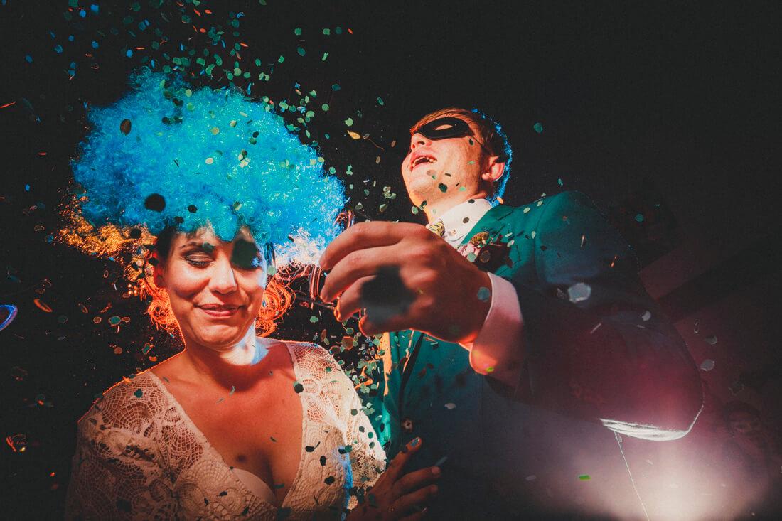 ausgelassen konfetti werfend tanzendes brautpaar auf ihrer hochzeitsparty im rotkehlchen in marburg
