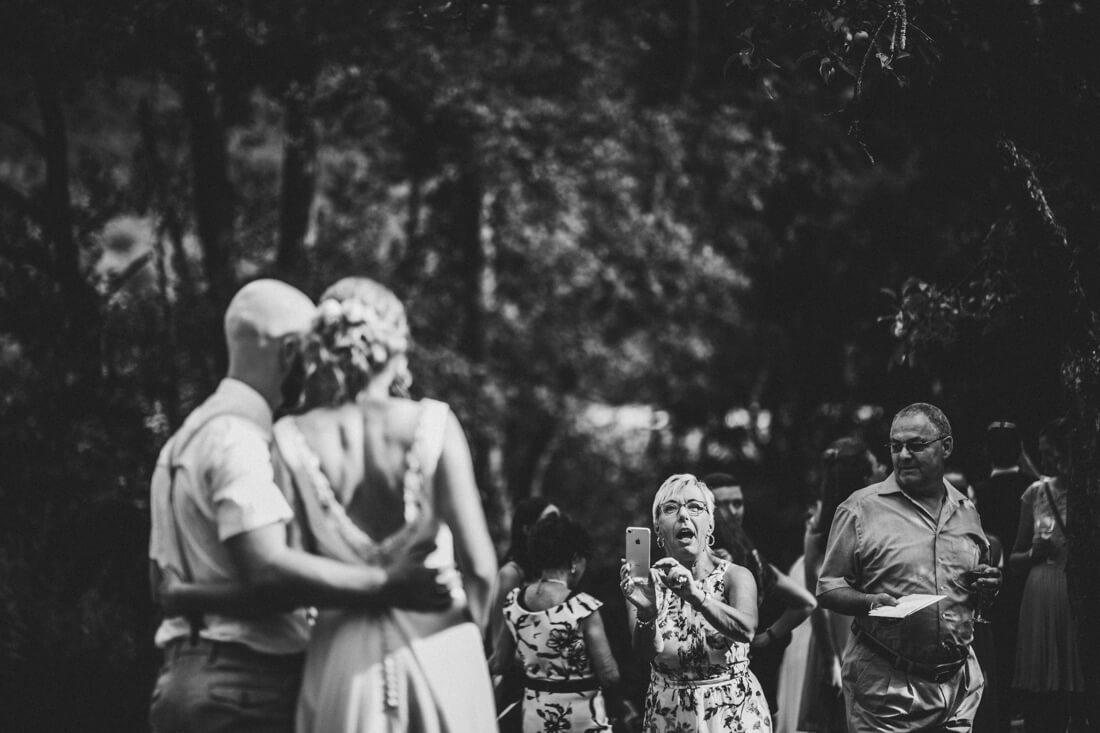 humorvoller moment waehrend der hochzeitsfeier von ramona und janosch nach ihrer freien trauung in der hofener muehle in runkel