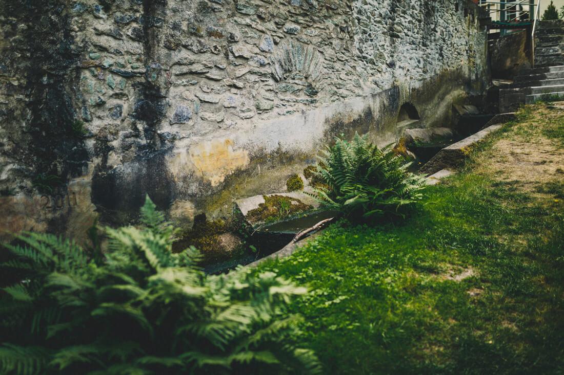mauer hinter der hofener muehle in runkel mit dem muehlenrad, aussenansicht, farbfotografie