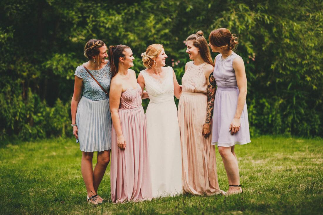 gruppenbild der braut mit ihren brides maids nach der freien trauung in der hofener muehle in runkel