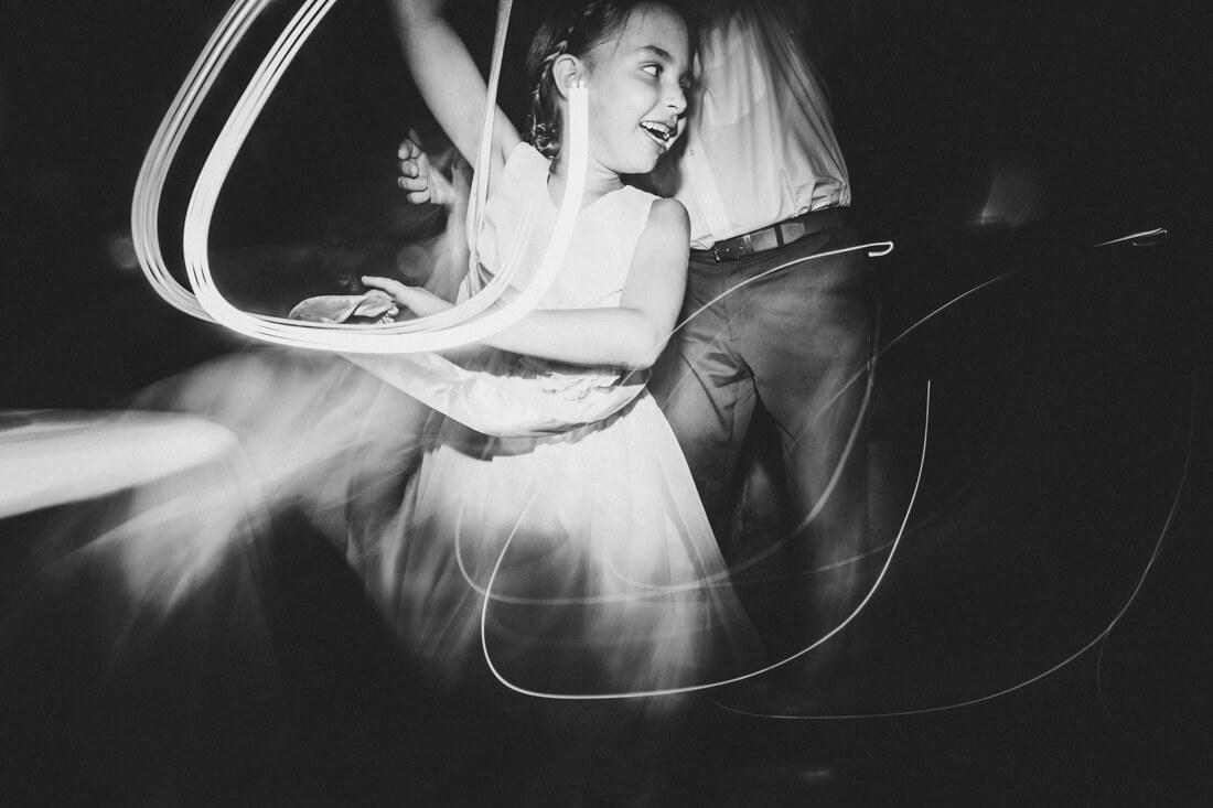 tanzendes kind auf der hochzeitsparty in der hofener muehle in runkel