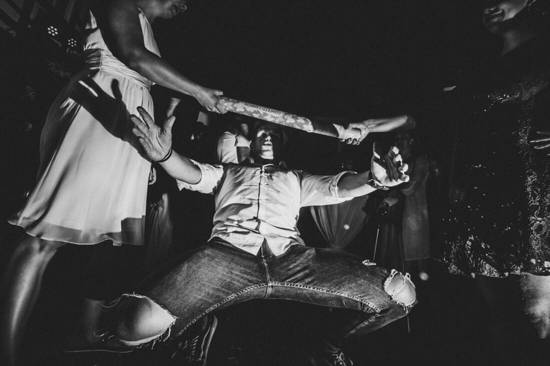 hochzeitsgast macht den limo-dance auf der hochzeitsparty im innenhof der hofener muehle in runkel