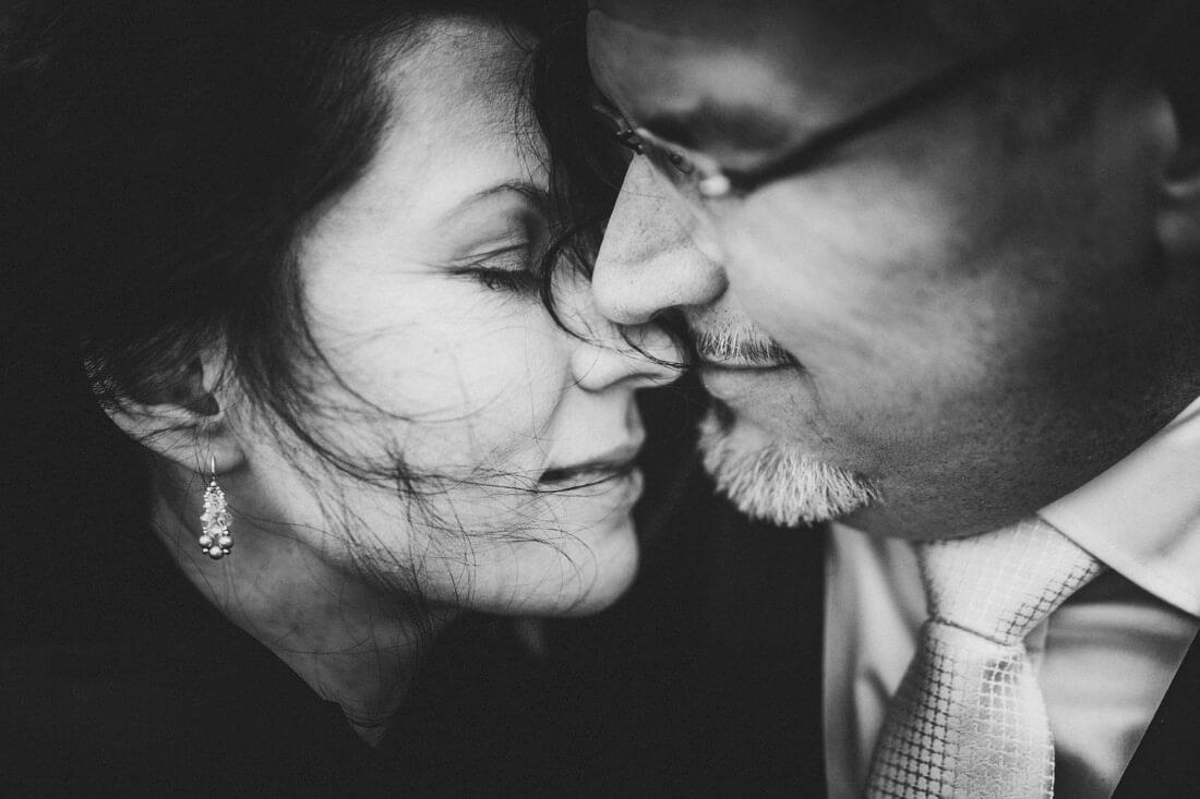 sehr nah fotografiertes hochzeitspaar-portraet, innig und emotional und in schwarzweiss fotografiert - erfahrungsberichte gluecklicher hochzeitspaare