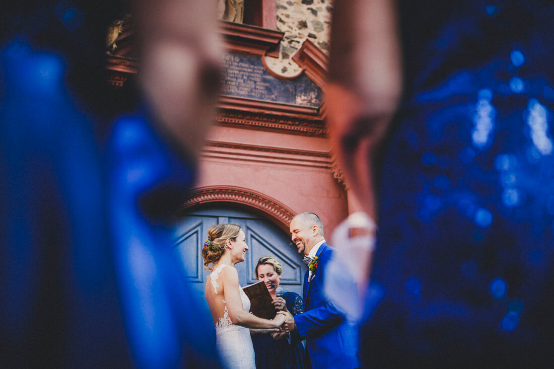 emotionaler moment beim ja-wort waehrend der freien trauung vorm butzbacher schloss - erfahrungsberichte glücklicher hochzeitspaare