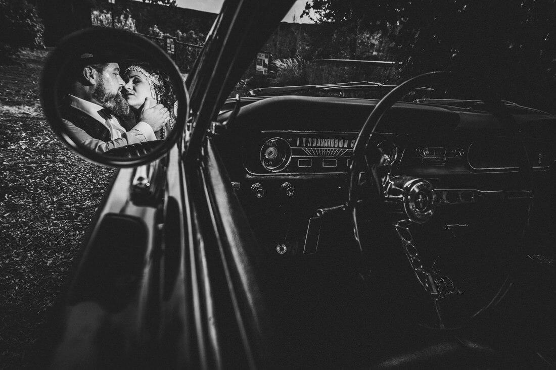 hochzeitspaar spiegelt sich im rueckspiegel eines alten ford mustang - erfahrungsberichte glücklicher hochzeitspaare