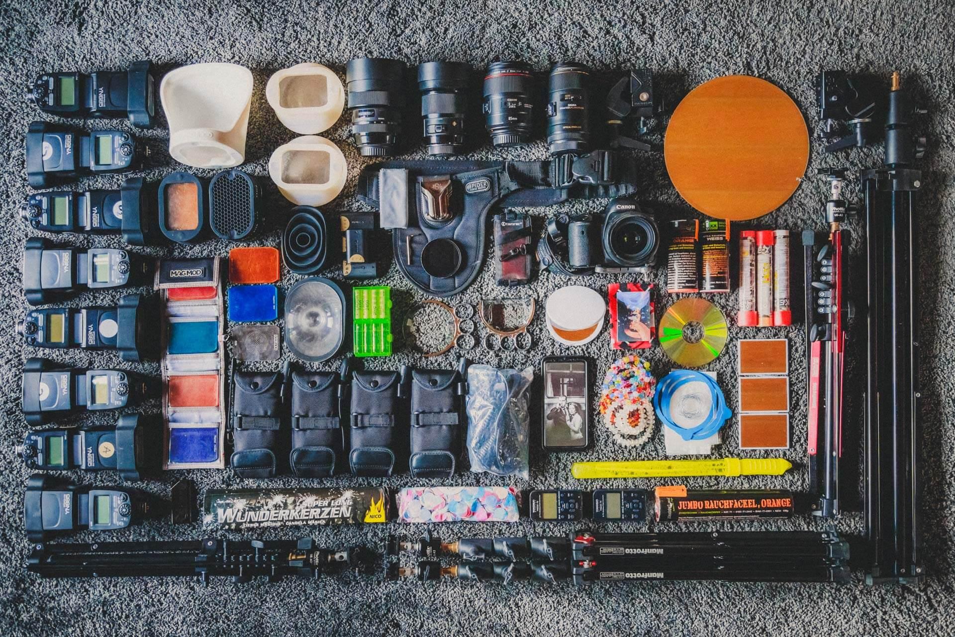 auf dem boden ausgebreitete und arrangiertes foto-equipment, uebersichtsbild fotoequipment, was ist in meiner fototasche, what´s in my bag