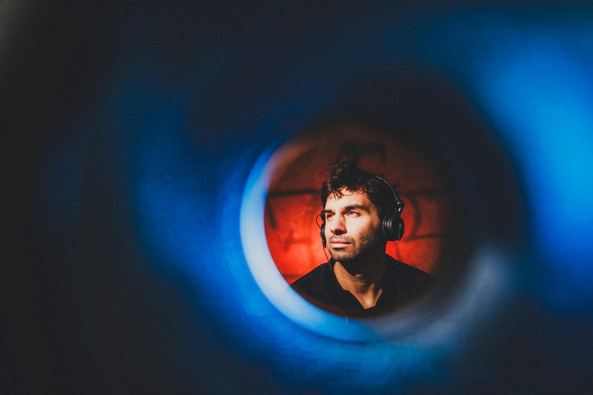 "moritz hüls a.k.a ""mo"" - musiker und live-mischer - corona-fotoprojekt ""alles auf stopp"" - kreative businessfotografie"