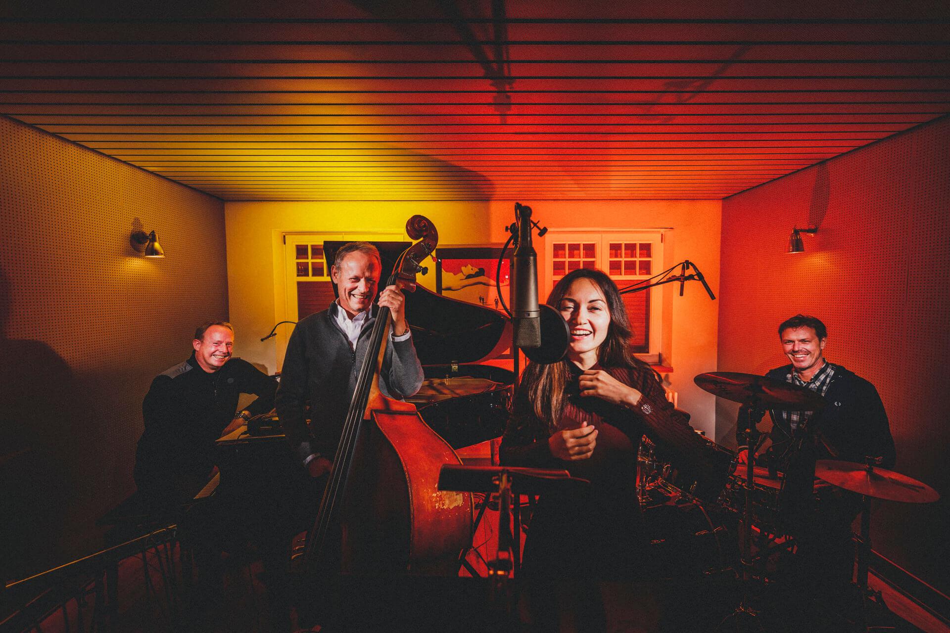"""4 to the bar - jazzband aus egelsbach, frankfurt - kreative kuenstlerportraits und businessfotografie - corona-fotoprojekt """"alles auf stopp"""""""